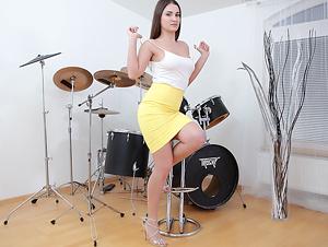 Drum'n'Bass Masturbation from Hot Brunette